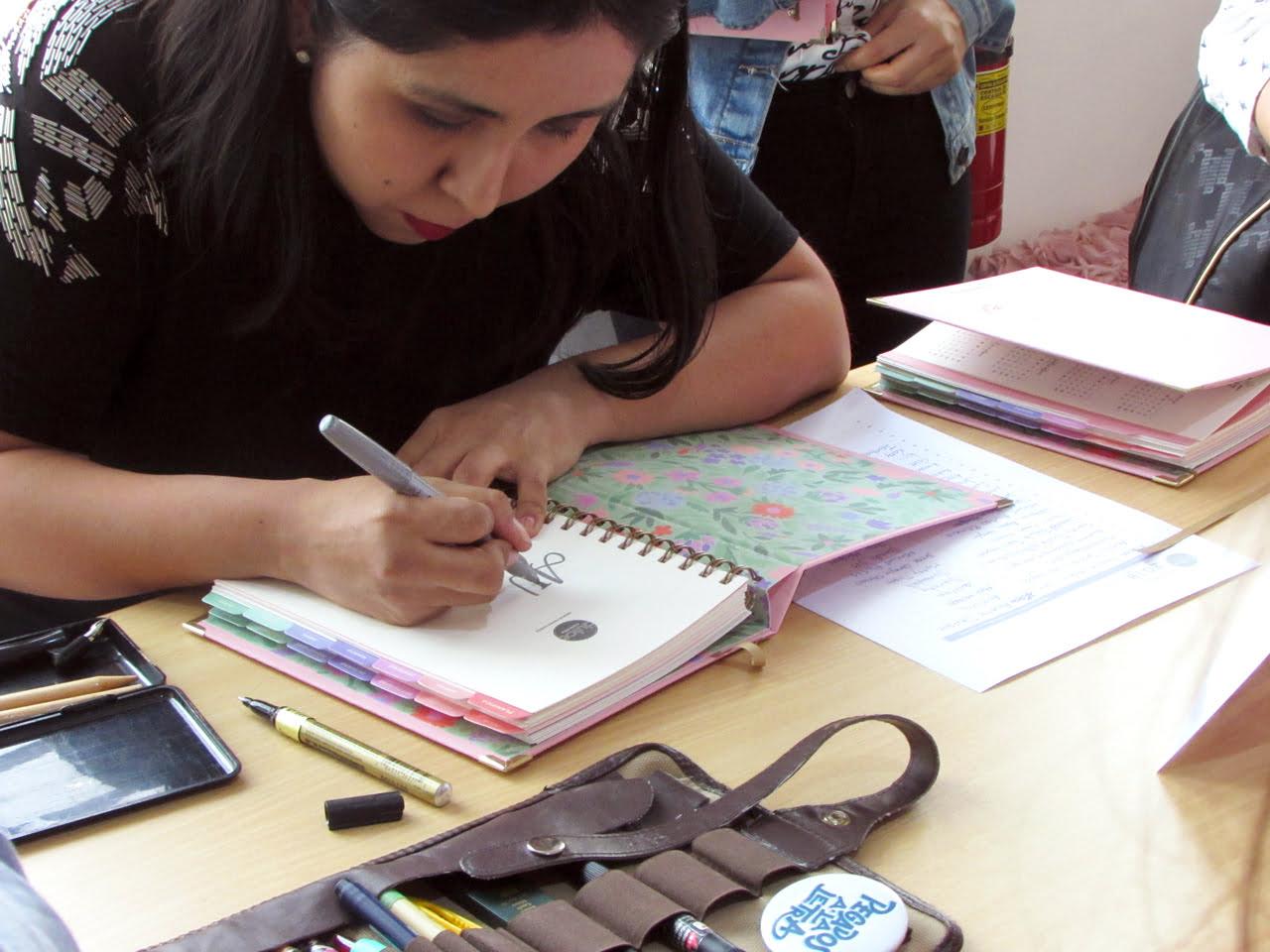 AgenDATE Lunol haciendo lettering