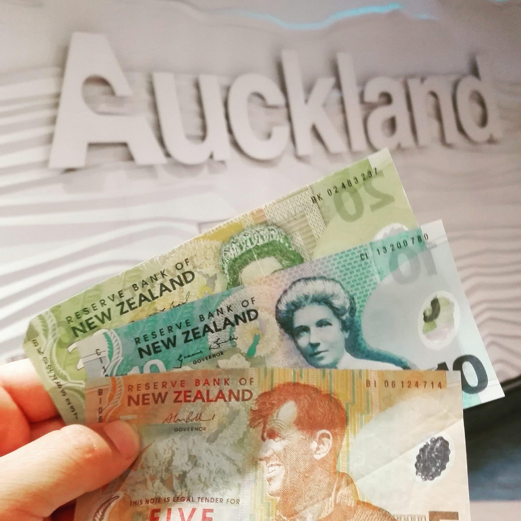 Llegada a Auckland en aeropuerto cambiando dinero